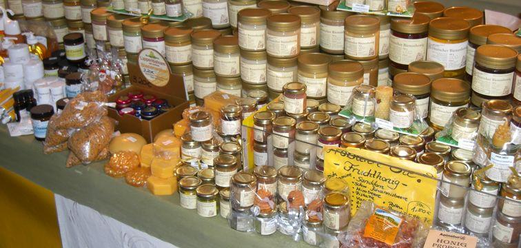 Honigsortiment auf dem Wochenmarkt